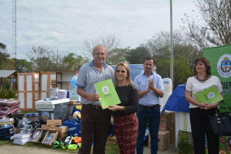 La ministra Susana Benítez entregó insumos a escuelas de La Cruz