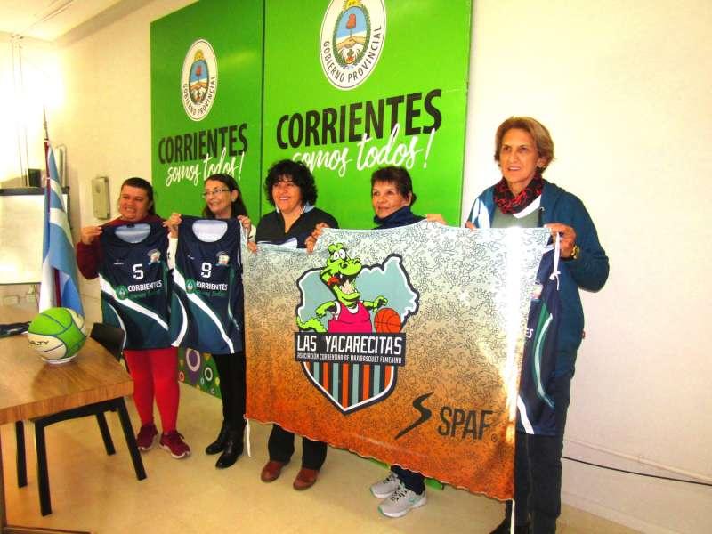"""""""Las Yacarecitas"""" recibieron indumentarias para su participación en el Campeonato Argentino"""