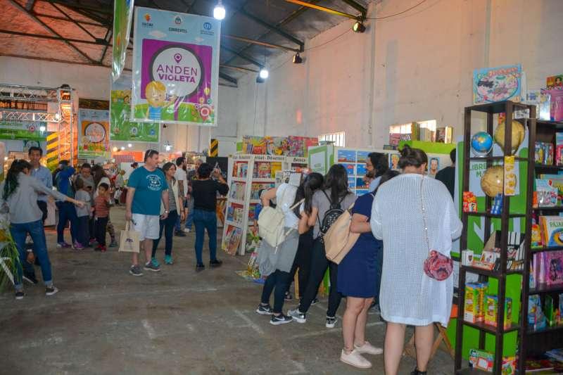 Presentación del primer libro de la autora correntina y asesorías de educación sexual en el noveno día de la Feria del Libro