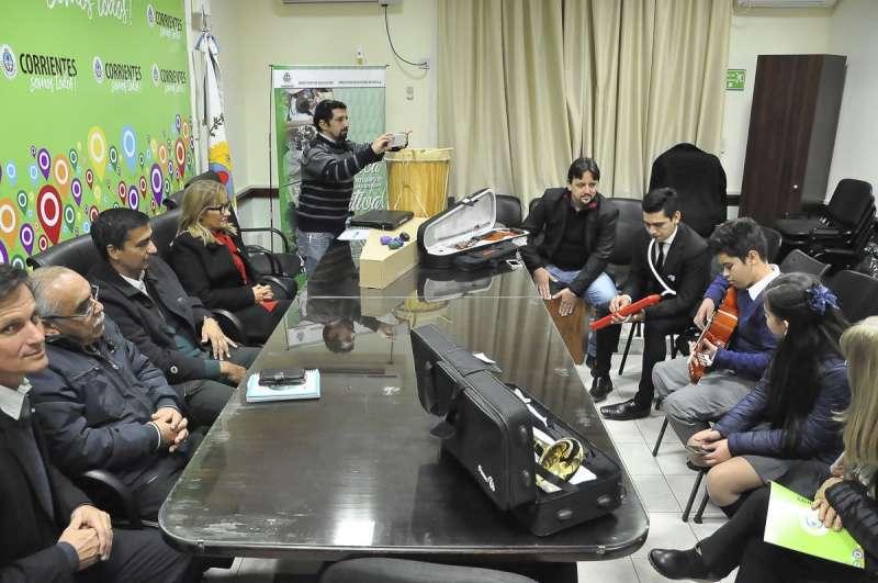 Entregaron instrumentos musicales a escuelas de artes de San Luis del Palmar y Paso de los Libres