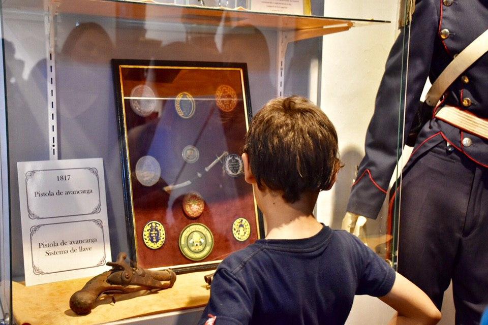 En Casa Molina se habilitó la muestra de armas y uniformes de la época sanmartiniana