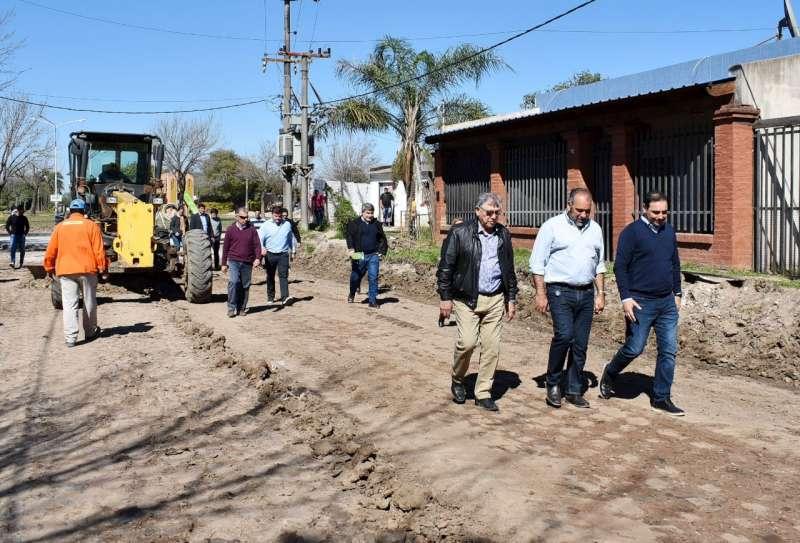 El gobernador Valdés recorrió la obra de pavimentación de calle Las Margarita