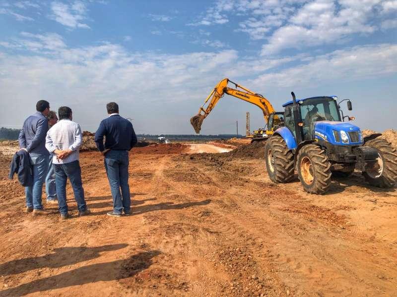 Schiavi verificó el avance de las obras en el parque industrial de Paso de los Libres