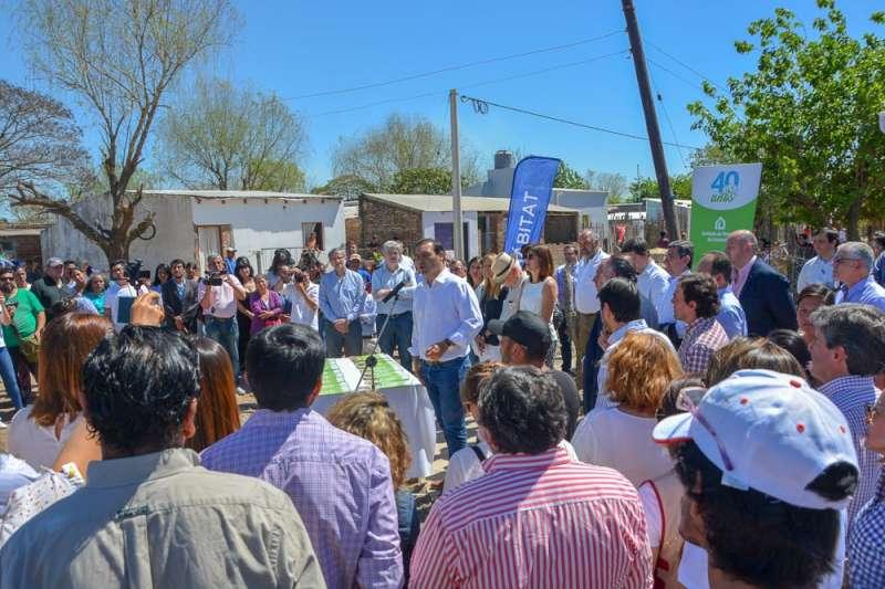 El Gobernador inauguró obras del Plan Hábitat en distintos barrios goyanos, que beneficia a más de 350 familias