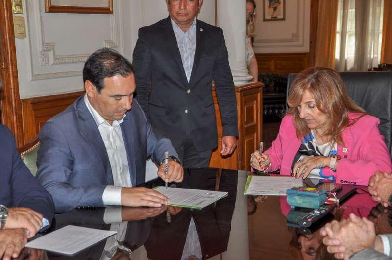 Valdés rubricó un convenio de cooperación mutua con la UNNE para crear proyectos en pos del desarrollo sustentable