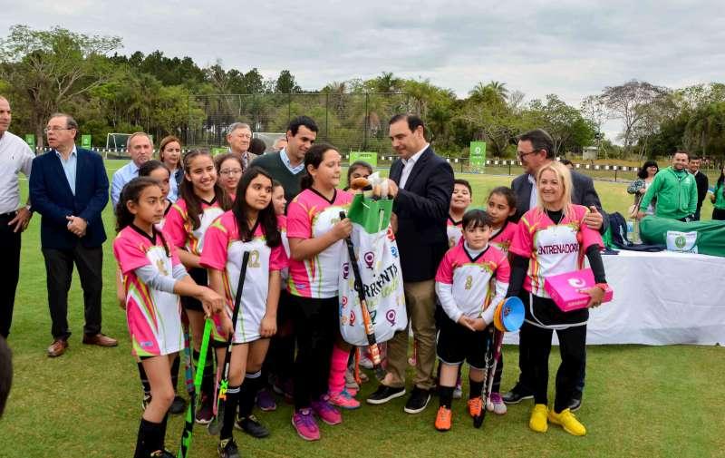Valdés inauguró una cancha de hockey con césped sintético