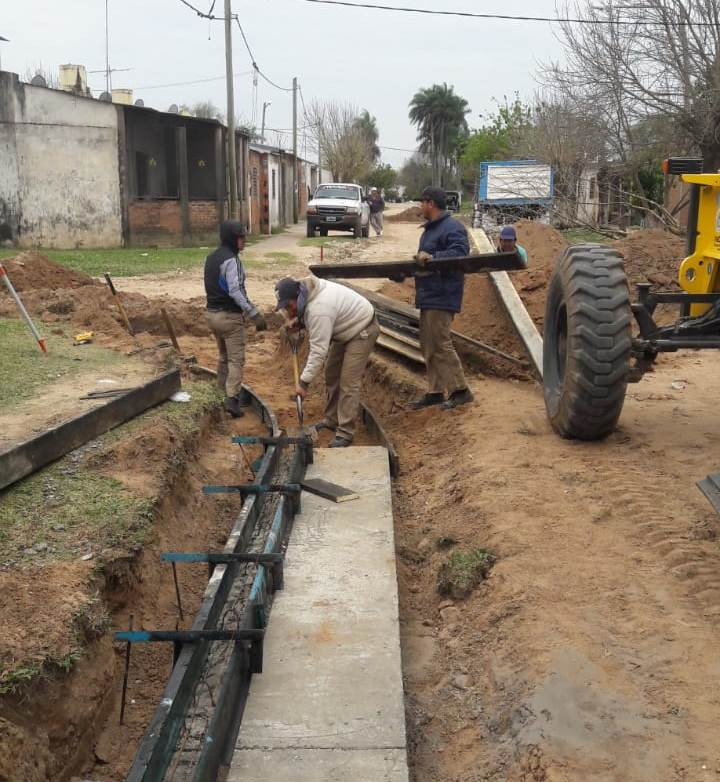 Se sigue construyendo cordón cuneta y enripiando calles de la Capital correntina