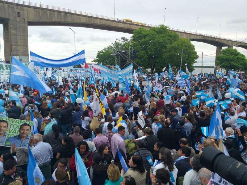 Una multitud aguarda la presencia de Macri en la Costanera