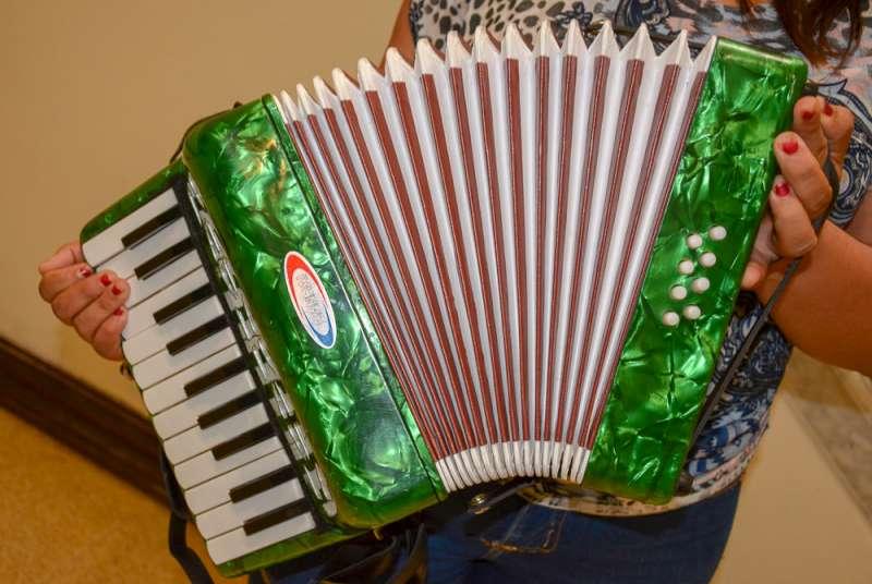 Madre recibe instrumento musical para su pequeño hijo en Gobernación