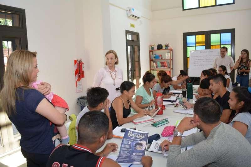 La ministra de Educación, visitó un Centro Educativo del Plan Fines