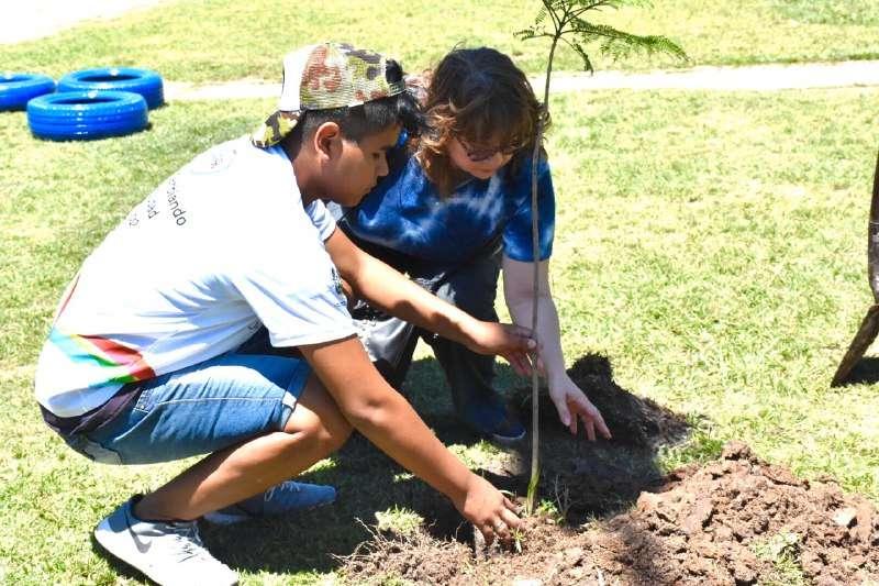 Estudiantes comprometidos fabricaron cestos ecológicos para cuidar el medio ambiente