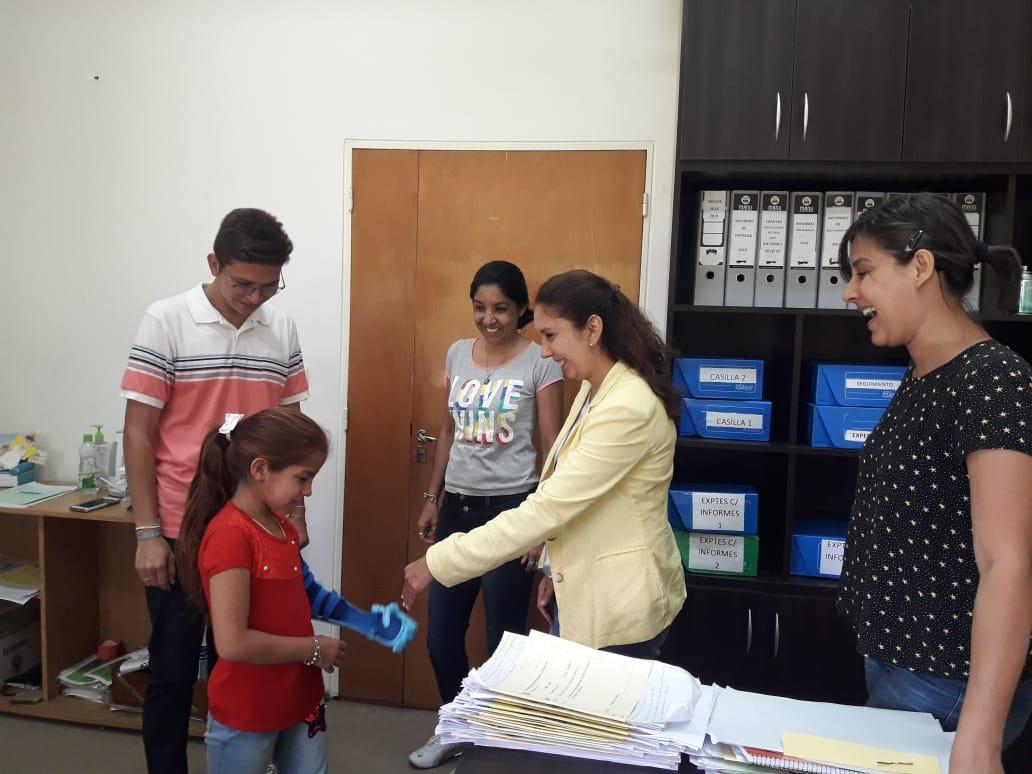"""Niña correntina recibió una prótesis 3D otorgada por la Fundación """"Te doy una mano"""""""
