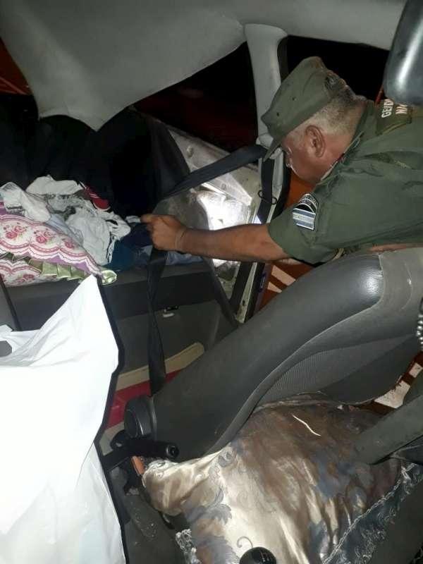 Viajaban con 69  kilos de marihuana dentro del doble fondo de su auto