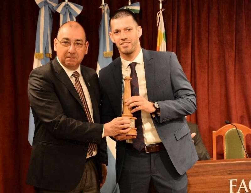 """La Junta de Historia entregó el premio """"La Columna"""" al ministro López Desimoni"""