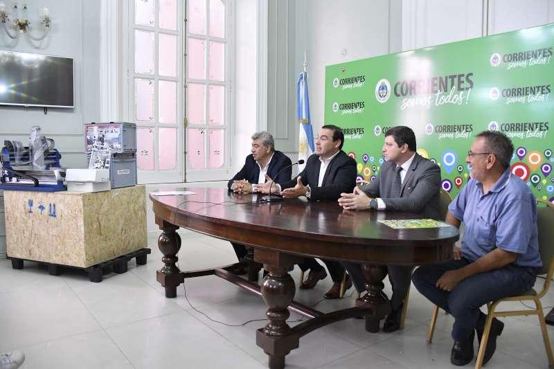 Valdés entregó maquinaria para artesanos de la Plaza Cabral