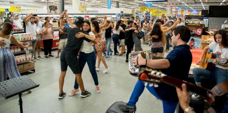 Artistas chamameceros realizaron una intervención urbana en un hipermercado de Capital