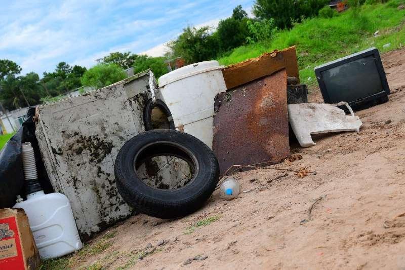 La Municipalidad retiró del canal san Ignacio cacharros que obstruían el escurrimiento del agua