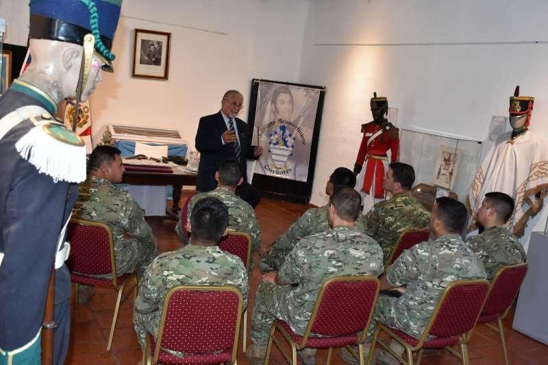 Miembros del Ejército Argentino y del Servicio Penitenciario visitaron Casa Molinas para homenajear a San Martín