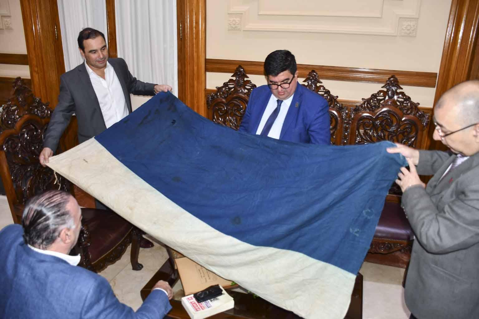 Valdés mostró su beneplácito por la donación de dos banderas históricas al patrimonio de Corrientes