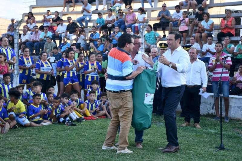 Presentando nuevas tribunas y anunciando un gimnasio cubierto, Valdés concluyó una jornada de inauguraciones en Bella Vista