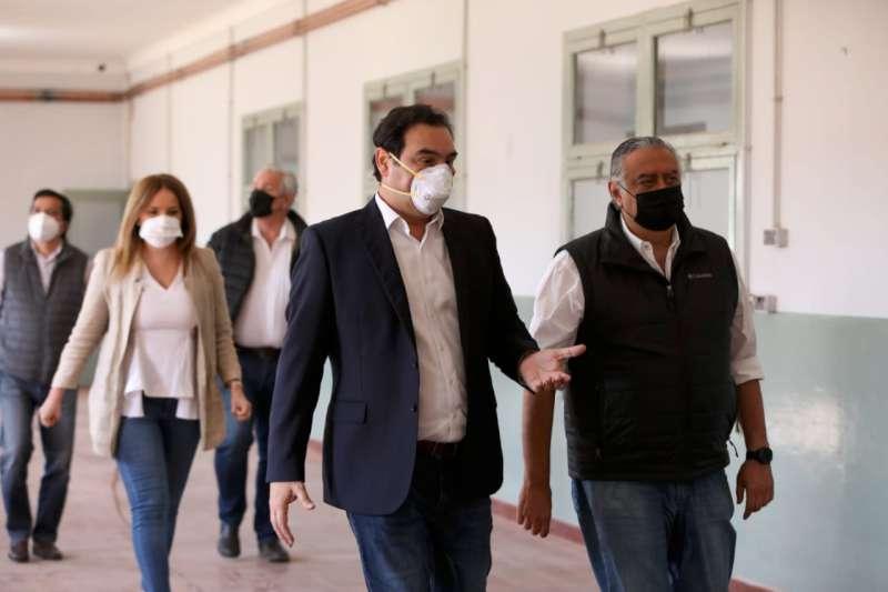 Valdés junto a legisladores visitaron los avances en el hospital de campaña montado en el Hogar Escuela