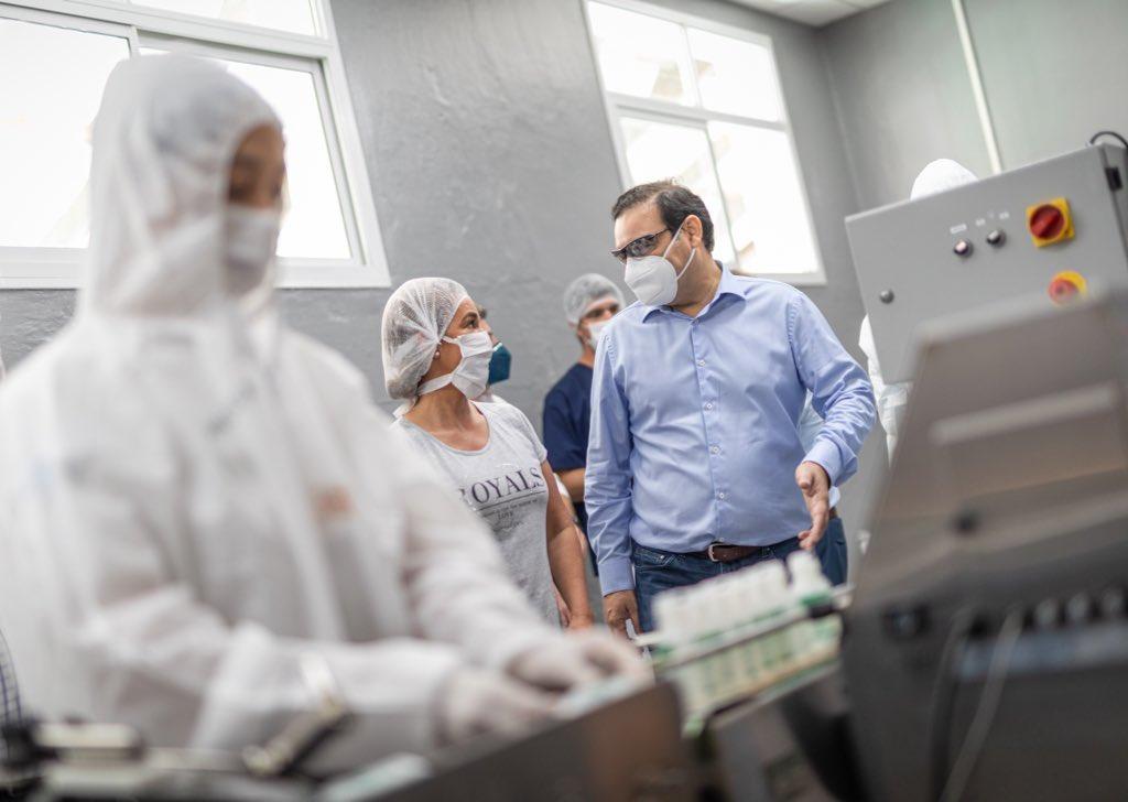 Valdés visitó el nuevo laboratorio donde la Provincia produce insumos para combatir al dengue y al coronavirus