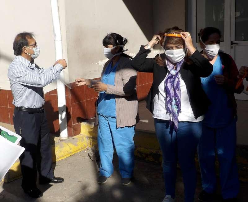 Cardozo entregó mascarillas faciales a hospitales y recorrió obras