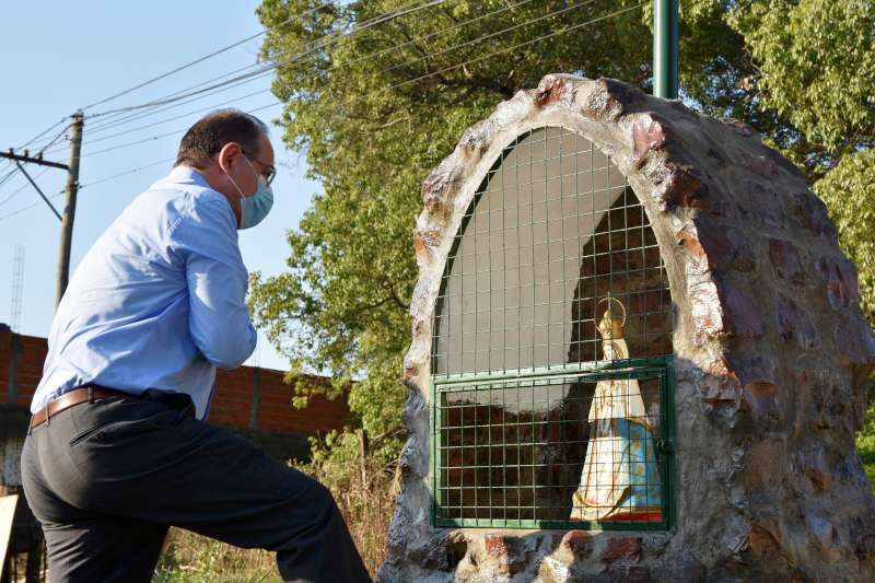 Donde antes había un minibasural, los vecinos ahora cuentan con una gruta de la Virgen de Itatí