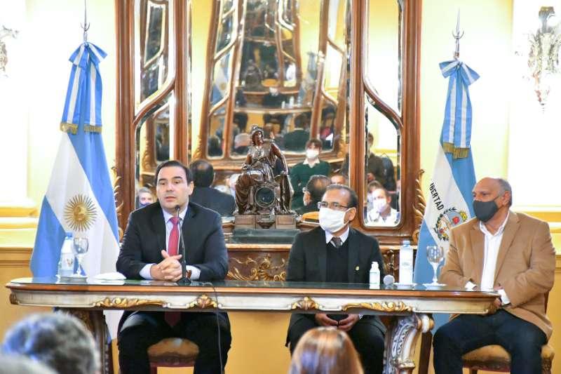 Valdés entregó equipamiento para hospitales de la provincia