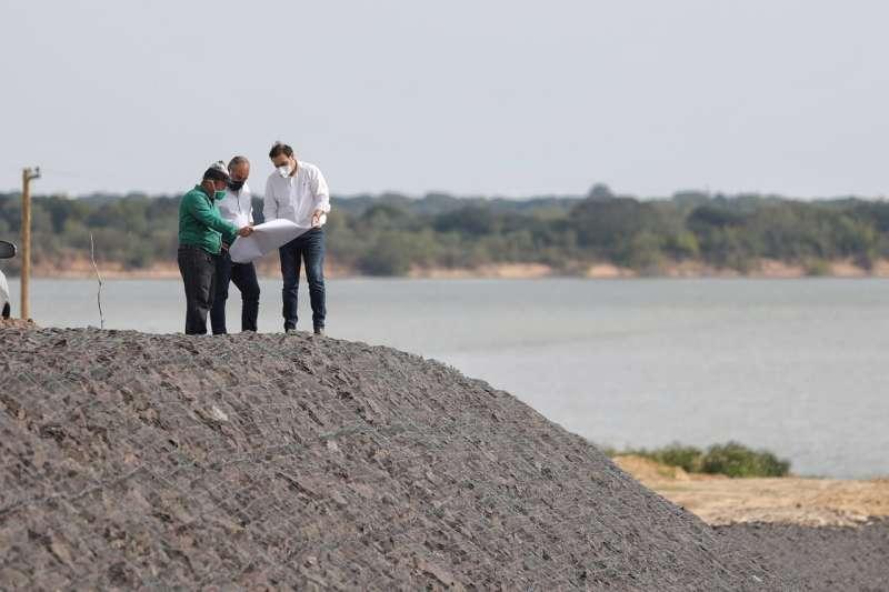 Valdés recorrió las obras en los canales Sur y 5 de la ciudad de Corrientes