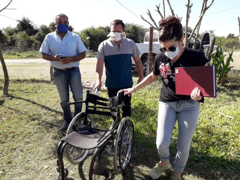 Salud entregó sillas de ruedas y brinda asistencia a personas con discapacidad en Esquina