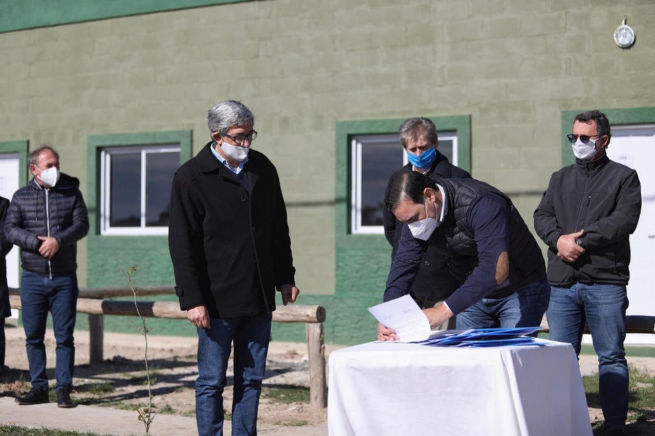 En La Cruz, Valdés entregó 10 viviendas y anunció nuevas inversiones en obras