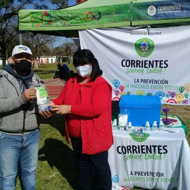 El Gobierno Provincial entregó barbijos y elementos sanitizantes en los barrios Santa Teresita y Pirayuí