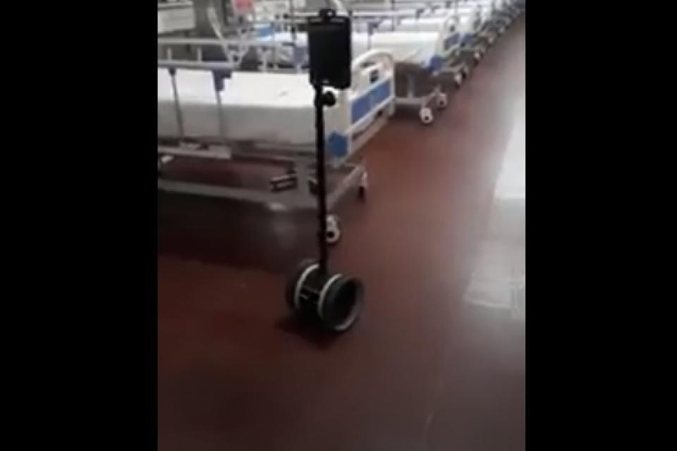 """Ya funciona un moderno """"robot enfermero"""" en el Hospital de Campaña «Hogar Escuela»"""