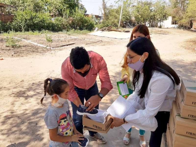 Desarrollo Social entregó zapatillas, buzos y cuadernillos