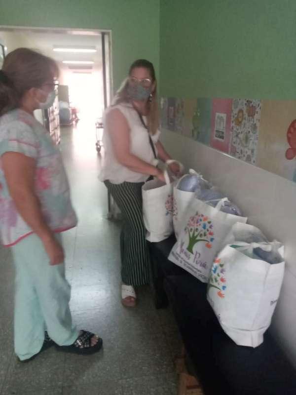 Manos Porá dono ajuar para bebés en neonatología de los Hospitales Vidal y Llano