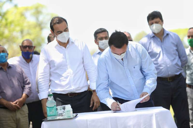 Valdés firmó convenios en Carolina para incentivar la producción de nuez pecán, para infraestructura vial e iluminación