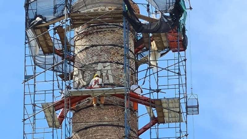 Lanari recorrió las obras de restauración de la chimenea C.O.M