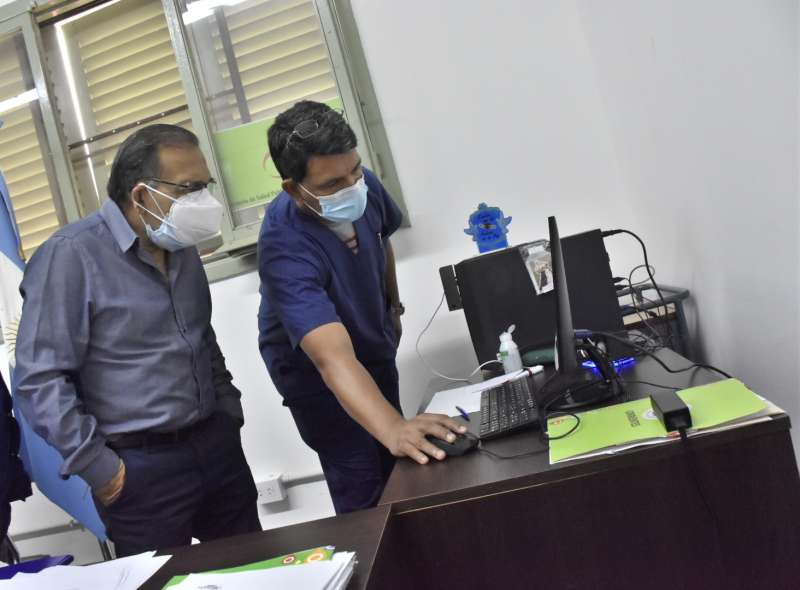 Cardozo visitó el Hospital de Campaña para interiorizarse sobre la salud de un médico