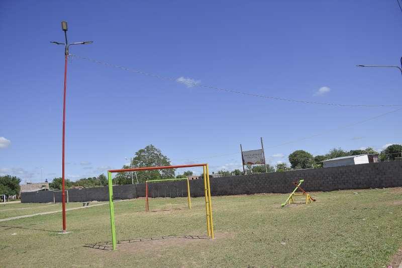 Las familias del Pirayuí ahora tienen una nueva plaza con juegos infantiles y luces LED