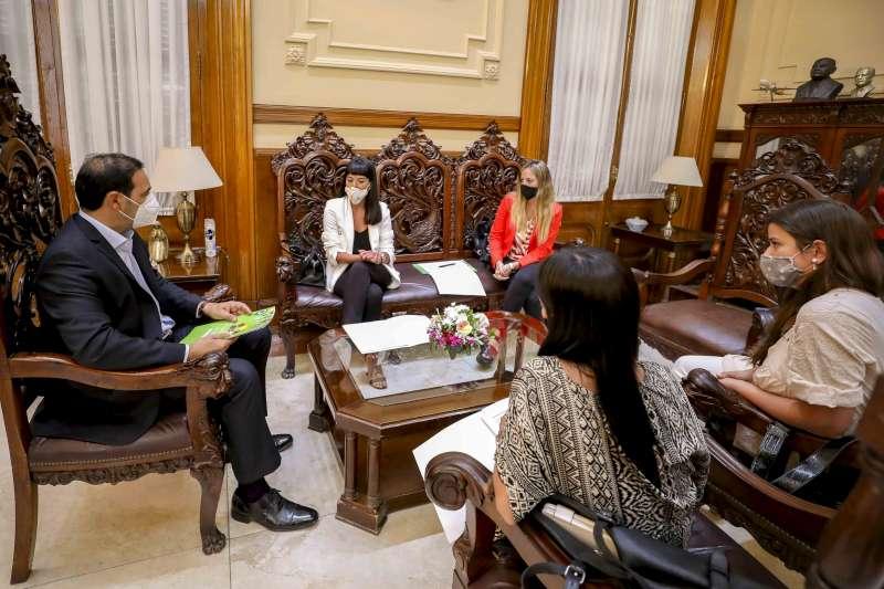 Funcionarias provinciales presentaron proyectos sobre políticas con perspectiva de género al gobernador Valdés