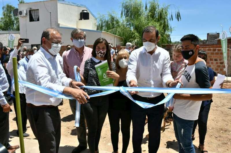 """El gobernador Valdés entregó 36 viviendas y anunció la construcción de otras 40 en el asentamiento """"El Cocal"""""""