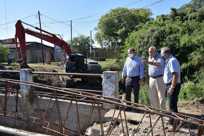 Tassano supervisó la colocación de caños en el puente de la avenida Río Chico