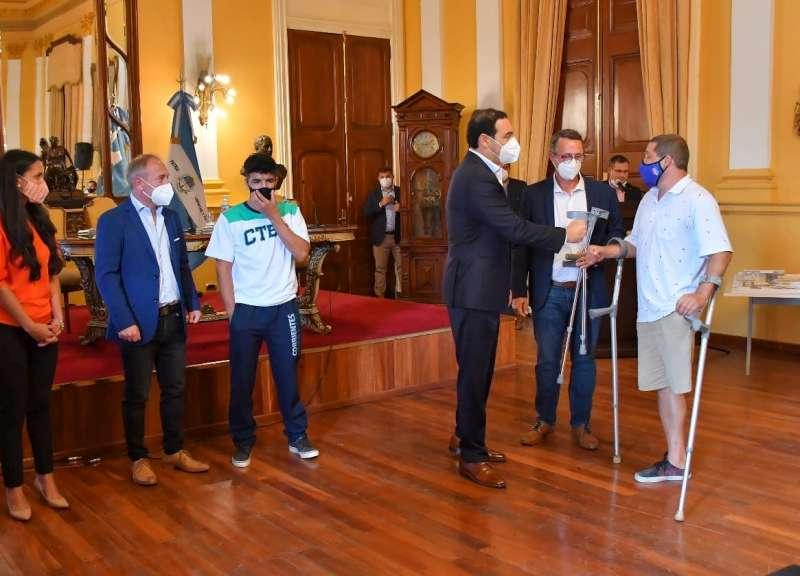 El Gobernador hizo entrega de bastones al equipo de futbol de amputados
