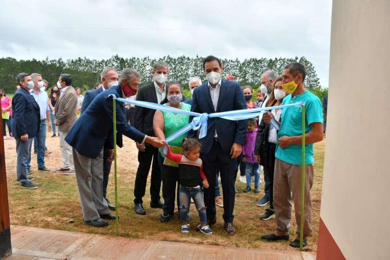 Valdés en 3 de Abril: inauguró viviendas del programa Hábitat Rural y recorrió obras