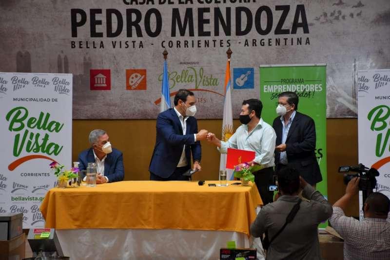 En Bella Vista, Valdés firmó un convenio para reparar las calles sobre los nuevos desagües de la ciudad y bregó por el parque industrial para la localidad