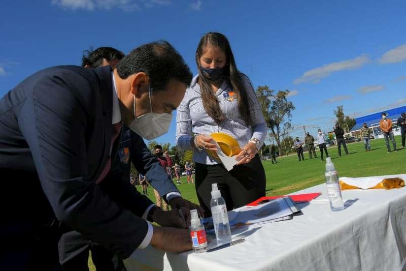 Apostando al hockey correntino, Valdés inauguró una flamante cancha de césped sintético en La Cruz