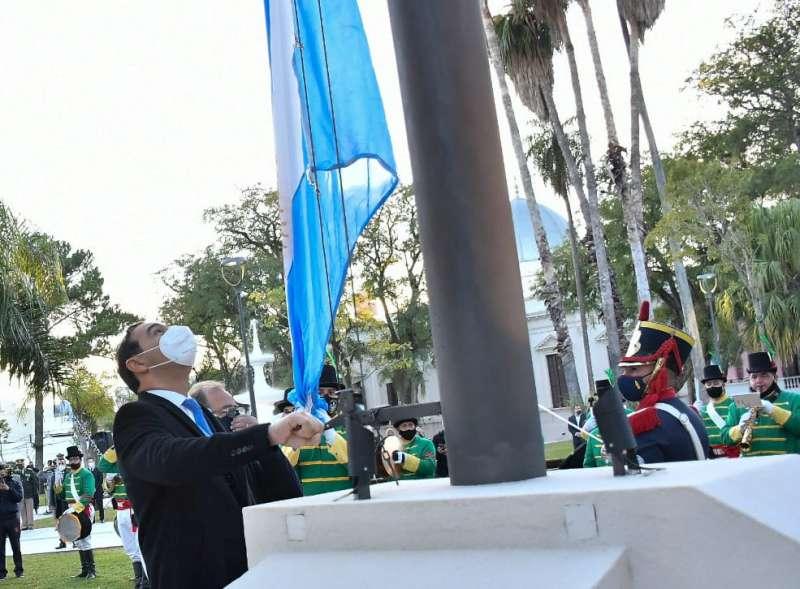 Valdés y Tassano izaron el Pabellón Nacional y participaron del Tedeum por el aniversario de la Revolución de Mayo