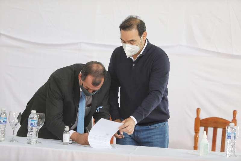 En Garaví, Valdés firmó convenios de infraestructura y entregó bienes a emprendedores