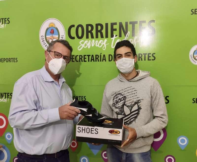 Entrega de zapatillas al ciclista Rodrigo Romero